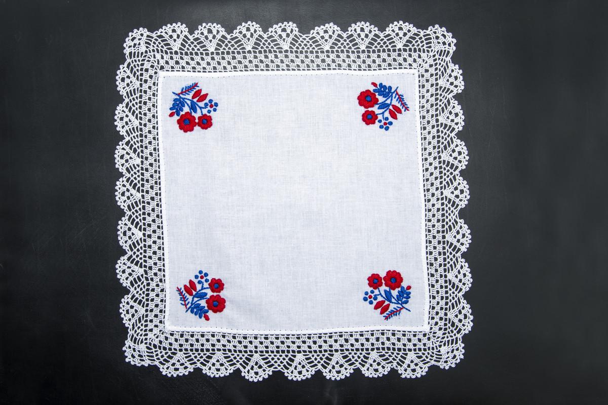 Hímzéssel és horgolással díszített zsebkendő